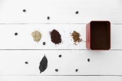 Δημιουργική εργασία μια χούφτα του καφέ τρία Στοκ Φωτογραφία