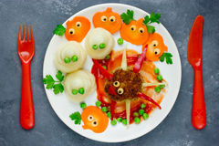 Δημιουργική ιδέα για το γεύμα ή το μεσημεριανό γεύμα μωρών - αστείο κεφτές W αραχνών Στοκ Φωτογραφίες