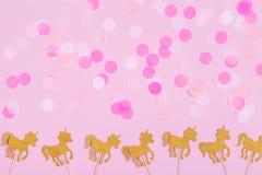 Δημιουργική κάρτα διακοπών φαντασίας κρητιδογραφιών με το κομφετί και το μονόκερο Στοκ Εικόνες