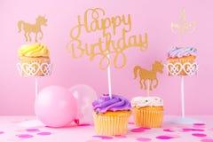 Δημιουργική κάρτα διακοπών φαντασίας κρητιδογραφιών με το cupcake, ευτυχές birthda Στοκ εικόνες με δικαίωμα ελεύθερης χρήσης