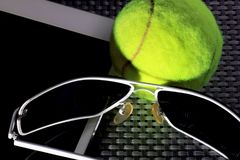 Δημιουργική καθορισμένη σφαίρα αντισφαίρισης, υπολογιστής ταμπλετών και μαύρα γυαλιά ηλίου, κινηματογράφηση σε πρώτο πλάνο, στο υ Στοκ Φωτογραφίες