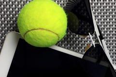 Δημιουργική καθορισμένη σφαίρα αντισφαίρισης, υπολογιστής ταμπλετών και μαύρα γυαλιά ηλίου, κινηματογράφηση σε πρώτο πλάνο, στο υ Στοκ φωτογραφία με δικαίωμα ελεύθερης χρήσης