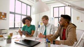 Δημιουργική ομάδα με το PC ταμπλετών που λειτουργεί στο γραφείο απόθεμα βίντεο