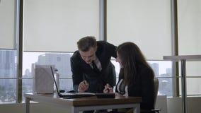 Δημιουργική ομάδα που έχει τη διασκέδαση που μιλά μια ιδέα ξεκινήματος στο γραφείο και υψηλά τα πέντε φιλμ μικρού μήκους