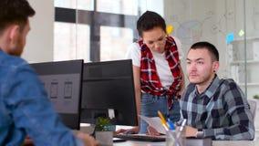 Δημιουργική ομάδα που εργάζεται στο ενδιάμεσο με τον χρήστη στο γραφείο απόθεμα βίντεο