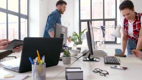 Δημιουργική ομάδα που εργάζεται στο ενδιάμεσο με τον χρήστη στο γραφείο φιλμ μικρού μήκους