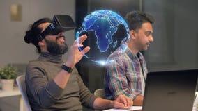Δημιουργική ομάδα στην κάσκα εικονικής πραγματικότητας στο γραφείο φιλμ μικρού μήκους