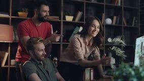 Δημιουργική ομάδα σχεδιαστών που συζητά το νέο πρόγραμμα σχεδίου Έννοια ομαδικής εργασίας απόθεμα βίντεο