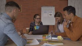 Δημιουργική ομάδα των νέων σχεδιαστών στη συνεδρίαση Η ομάδα που στρέφεται στο πρόγραμμα 4K απόθεμα βίντεο