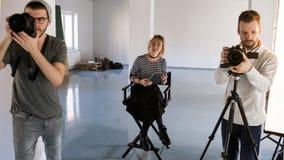 Δημιουργική ομάδα που εργάζεται στο στούντιο Στοκ Εικόνες