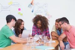 Δημιουργική ομάδα που πηγαίνει πέρα από τα φύλλα επαφών στη συνεδρίαση στοκ εικόνες