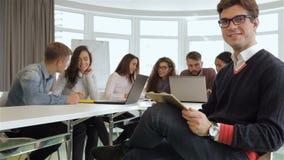 Δημιουργική ομάδα των νέων διευθυντών που εργάζονται στο γραφείο φιλμ μικρού μήκους