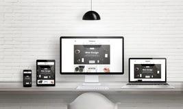 Δημιουργική παρουσίαση αντιπροσωπειών σχεδίου Ιστού για τις πολλαπλάσιες συσκευές Στοκ φωτογραφία με δικαίωμα ελεύθερης χρήσης