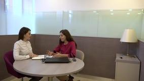 Δημιουργική συνεδρίαση δύο επιχειρησιακών γυναικών στο γραφείο στον πίνακα HD φιλμ μικρού μήκους