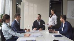 Δημιουργική συνεδρίαση των επιχειρησιακών ομάδων στο σύγχρονο γραφείο ξεκινήματος Στοκ Φωτογραφία