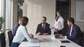 Δημιουργική συνεδρίαση των επιχειρησιακών ομάδων στο σύγχρονο γραφείο ξεκινήματος Στοκ Εικόνες