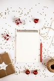 Δημιουργική σύνθεση Χριστουγέννων με το σημειωματάριο και τις διακοσμήσεις στοκ φωτογραφίες με δικαίωμα ελεύθερης χρήσης
