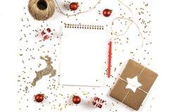Δημιουργική σύνθεση Χριστουγέννων με το σημειωματάριο και τις διακοσμήσεις στοκ φωτογραφία με δικαίωμα ελεύθερης χρήσης