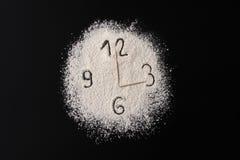 Δημιουργική φωτογραφία έννοιας του ρολογιού από το αλεύρι με τα βέλη από τις οδοντογλυφίδες Η έννοια υγιών τροφίμων Στοκ εικόνες με δικαίωμα ελεύθερης χρήσης