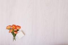 Δημιουργική χλεύη επάνω στο σχεδιάγραμμα φιαγμένο από μικρή ανθοδέσμη των πορτοκαλιών τριαντάφυλλων στοκ φωτογραφία με δικαίωμα ελεύθερης χρήσης
