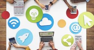 Δημιουργικοί άνθρωποι που απασχολούνται στην κοινωνική έννοια εικονιδίων μέσων Στοκ Φωτογραφίες