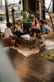 Δημιουργικοί άνθρωποι που κάνουν μια συνεδρίαση του 'brainstorming' σε ένα σύγχρονο γραφείο στοκ φωτογραφίες