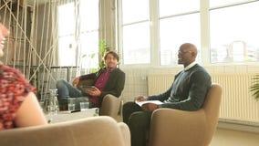 Δημιουργικοί άνθρωποι που συζητούν τις νέες επιχειρησιακές ιδέες φιλμ μικρού μήκους