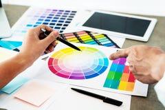 Δημιουργικοί επιχειρηματίες και συνάδελφοι ομάδων ανθρώπων που εργάζονται μαζί στην εστίαση γραφείων στους συνεταίρους σχεδίων πρ στοκ φωτογραφίες