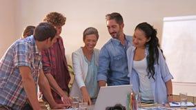 Δημιουργικοί επιχειρηματίες που εξετάζουν το lap-top φιλμ μικρού μήκους