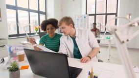 Δημιουργικοί εργαζόμενοι γραφείων που συζητούν το πρόγραμμα φιλμ μικρού μήκους