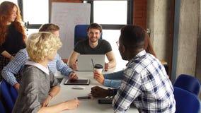 Δημιουργικοί νέοι συνεργάτες με τις καινοτόμες ιδέες απόθεμα βίντεο