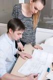Δημιουργικοί σχεδιαστές που απασχολούνται στη διαδικασία Στοκ εικόνα με δικαίωμα ελεύθερης χρήσης