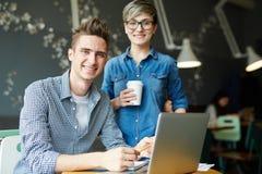 Δημιουργικοί σχεδιαστές που διοργανώνουν τη συνεδρίαση Στοκ Εικόνα
