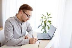 Δημιουργικός άτομο ή επιχειρηματίας που γράφει στο σημειωματάριο Στοκ φωτογραφία με δικαίωμα ελεύθερης χρήσης