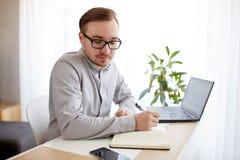 Δημιουργικός άτομο ή επιχειρηματίας που γράφει στο σημειωματάριο Στοκ Φωτογραφίες