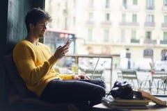 Δημιουργικός αρσενικός φωτογράφος που εργάζεται στο σύγχρονο καφέ Στοκ εικόνες με δικαίωμα ελεύθερης χρήσης