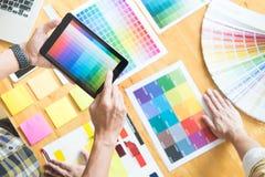 Δημιουργικός γραφικός σχεδιαστής στην εργασία Swatch χρώματος pantone δειγμάτων στοκ εικόνες