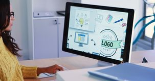 Δημιουργικός εκτελεστικός λειτουργώντας προσωπικός υπολογιστής γραφείου 4k φιλμ μικρού μήκους