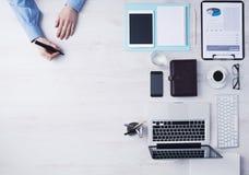Δημιουργικός επιχειρηματίας που εργάζεται στο γραφείο γραφείων Στοκ εικόνες με δικαίωμα ελεύθερης χρήσης
