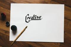 Δημιουργικός εργασιακός χώρος καλλιτεχνών Χειρόγραφη λέξη μελανιού στοκ φωτογραφίες