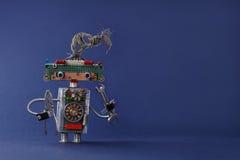 Δημιουργικός ηλεκτρολόγος παιχνιδιών σχεδίου με τις πένσες κλειδιών γαλλικών κλειδιών χεριών Ζωηρόχρωμο ρομπότ με τα ηλεκτρικά κα Στοκ Φωτογραφία