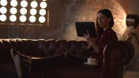 Δημιουργικός θηλυκός σχεδιαστής που χρησιμοποιεί την ψηφιακή ταμπλέτα απόθεμα βίντεο