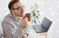 Δημιουργικός καφές κατανάλωσης ατόμων ή επιχειρηματιών Στοκ εικόνα με δικαίωμα ελεύθερης χρήσης