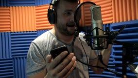 Δημιουργικός μουσικός ατόμων στις εργασίες στούντιο με το παιχνίδι, το τραγούδι και την καταγραφή απόθεμα βίντεο