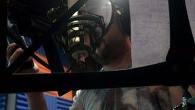 Δημιουργικός μουσικός ατόμων στις εργασίες στούντιο με το παιχνίδι, το τραγούδι και την καταγραφή φιλμ μικρού μήκους