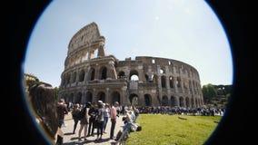Δημιουργικός πυροβολισμός του παλαιού αμφιθεάτρου Coliseum στη Ρώμη, τουρίστες που απολαμβάνει το γύρο φιλμ μικρού μήκους