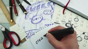 Δημιουργικός σε έναν εργασιακό χώρο απόθεμα βίντεο