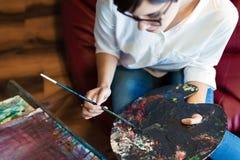 Δημιουργικός σκεπτικός σχολικός ζωγράφος τέχνης που εργάζεται στη ζωγραφική στοκ φωτογραφία με δικαίωμα ελεύθερης χρήσης