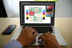 Δημιουργικός σχεδιαστής γραφικός στην εργασία , Γραφικός σχεδιαστής εικονογράφων που απασχολείται στα ψηφιακά swatch χρώματος ταμ στοκ εικόνες