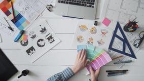Δημιουργικός σχεδιαστής που επιλέγει την παλέτα χρώματος για το σχέδιο λογότυπων απόθεμα βίντεο